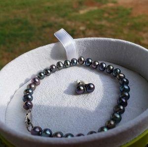 Peacock Black Pearl bracelet and earrings.